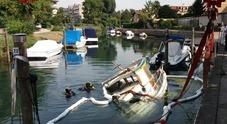 Barca di 10 metri affonda nelle acque del fiume Ausa: recuperata
