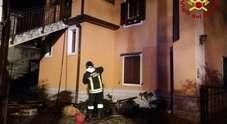 Paura nella notte, sottotetto in fiamme: la casa dichiarata inagibile