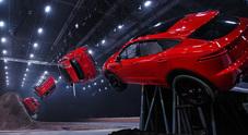"""Jaguar E-Pace """"vola"""" ed entra nel Guinness: 15,3 metri a testa in giù e 270° di avvitamento"""