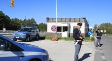 In autostrada con 5 clandestini a bordo: arrestati due passeur