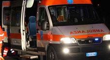 Park selvaggio, ambulanza bloccata: i sanitari scendono e spostano i veicoli
