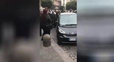 Napoli, rissa per l'eredità dopo un funerale: calci e pugni tra parenti