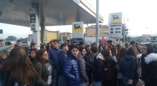 Di Maio, studenti e Cobas lo contestano a Pomigliano: slogan e un blocco stradale