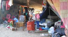 Bivacchi sotto il cavalcavia a Marghera in una foto d'archivio