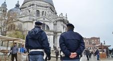 Giovane trevigiano fa pipì sul muro della Basilica: multato di 3mila euro