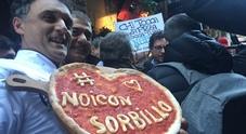 «Noi stiamo con Sorbillo», Napoli in piazza dopo la bomba in pizzeria