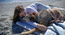 Debora, la volontaria che adotta sempre il cane più anziano del canile: «Ho riscoperto la bellezza del tempo»