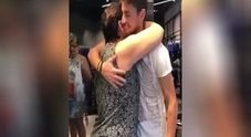 Chelsea, la mamma di Jorginho si commuove vedendo la maglietta del figlio che l'abbraccia