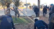 Tap, sassaiola al cantiere: danneggiati i mezzi in ingresso Feriti due vigilantes