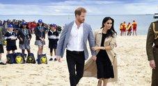 Meghan in spiaggia con Harry rinuncia ai tacchi il segreto delle sue ballerine