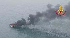 Imbarcazione a fuoco in Adriatico, naufraghi salvati dall'elicottero