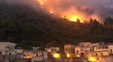 Monti di Sarno ancora in fiamme: 300 evacuati, distrutta una chiesa. Il sindaco: «Disegno criminale»