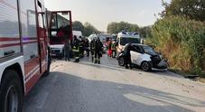 Violento scontro tra un'auto e un furgone: feriti i due conducenti, uno è grave