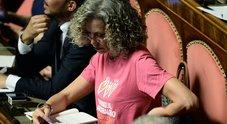 Foto Cirinnà con maglietta rosa pro famiglie gay