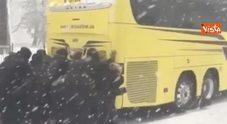 Il bus resta bloccato nella neve: la squadra di basket femminile lo fa ripartire a spinta