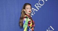 Gigi Hadid multicolor sul red carpet, la tuta è in stile cartoon Foto