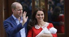 Kate Middleton dopo il parto esce dalla clinica: vestito rosso e capelli impeccabili