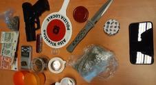 Oltre un etto di droga, coltello da 12 cm, pistola giocattolo priva del tappo rosso. Il materiale sequestrato all'arrestato