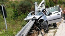 Incredibile: la lama del guardrail trapassa l'abitacolo da parte a parte e la conducente è salva