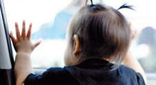 Un minore prigioniero in auto