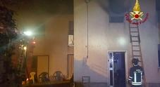 Camera da letto divorata dalle fiamme: due persone finiscono al pronto soccorso