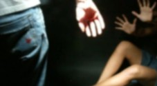 L'incubo di una moglie di 19 anni  Pugni, morsi e dita calpestate