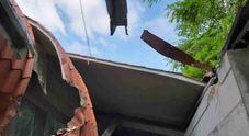 Enorme masso rotola giù, l'albero gli  fa da trampolino: piomba su un tetto
