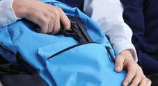 La pistola cade dallo zaino panico in un bar del centro ma era solo un giocattolo