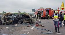 Auto a fuoco in autostrada dopo lo schianto, tre morti carbonizzati