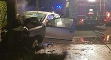 Auto si schianta contro un albero: 24enne ricoverato, è grave