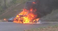 L'auto prende fuoco poco prima del ponte, due donne si salvano in extremis