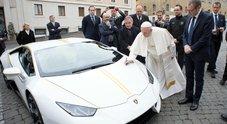 """Papa Bergoglio benedice lo status symbol del lusso: una Lamborghini """"Huracan"""" all'asta per aiutare i poveri"""