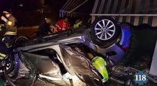 Inseguita da carabinieri e polizia  auto si schianta vicino a un negozio:  tre feriti, due in gravi condizioni