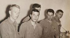 Luciano Basso (al centro) quando era alpino alla caserma Fantuzzi