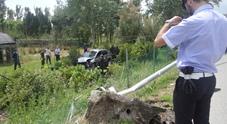 Auto impazzita travolge un palo e finisce nel vivaio: due gravi