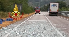 Foligno, caldo estremo, camion perde carico di bottiglie di acqua.