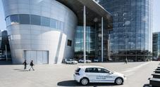 """Volkswagen, la """"clinica"""" di vetro di Dresda. Un gioiello tecnologico dove nascono le future best seller a zero emissioni"""