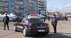Sporco di sangue e fermo al centro strada, aggredisce i carabinieri: arrestato