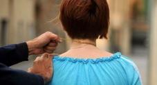 Le rubano la collana, ma la casalinga scaraventa il ladro a terra