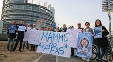 La manifestazione delle mamme a Bruxelles. Nella Ue nessun limite all'uso dei Pfas. Solo il Veneto li ha regolamentati