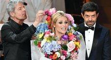 Sanremo 2018, Michelle Hunziker vestita da mazzo di fiori: Baglioni la annaffia