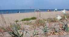 Orrore in spiaggia uomo trovato morto, seminudo e con una ferita alla testa