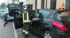 Le auto in sosta travolte l'automobilista che ha tentato di fuggire dopo l'incidente