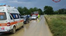 Colata di fango invade la strada e innesca un tamponamento a catena