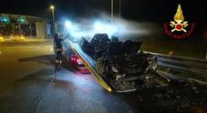 La loro auto si ribalta e va a fuoco:  padovani salvi per miracolo