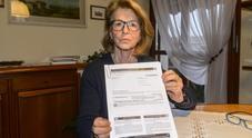 La moglie di Antonio Benvegnù mostra la cartella esattoriale arrivata ieri alla figlia