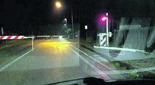"""Passaggio a livello divelto da un """"pirata"""":  traffico in tilt su tutta la linea"""