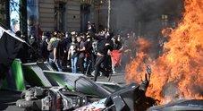 Parigi, scontri alla marcia per il clima tra i black bloc e la polizia. Incidenti anche al corteo dei gilet gialli