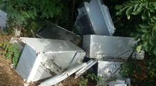 Eternit, elettrodomestici e bidoni: discarica abusiva vicino alla Tangenziale Ovest