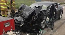 Tesla Model S tampona a 100 km/h un mezzo vigili del fuoco: si indaga sull'autopilota